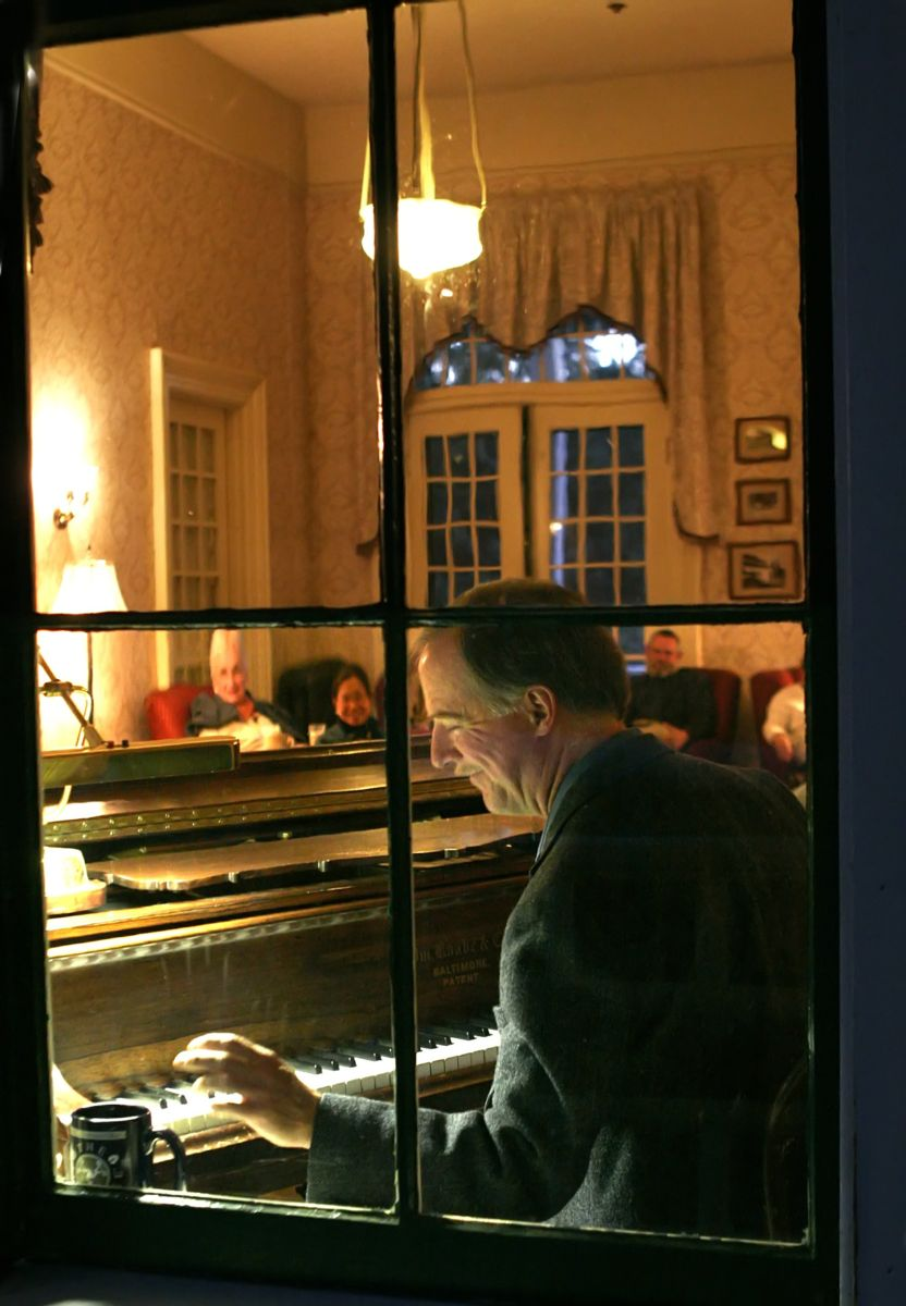 View of Tom Bopp performing in the piano lounge from outside the Wawona Hotel